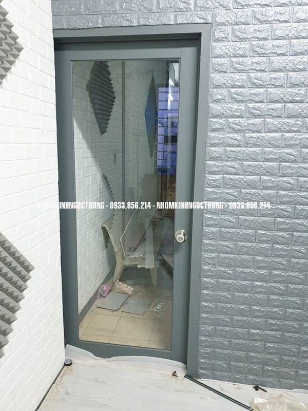 cửa kính cường lực nhôm xám