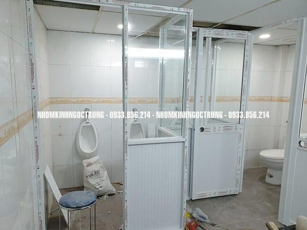 vách ngăn nhà vệ sinh nhôm kính