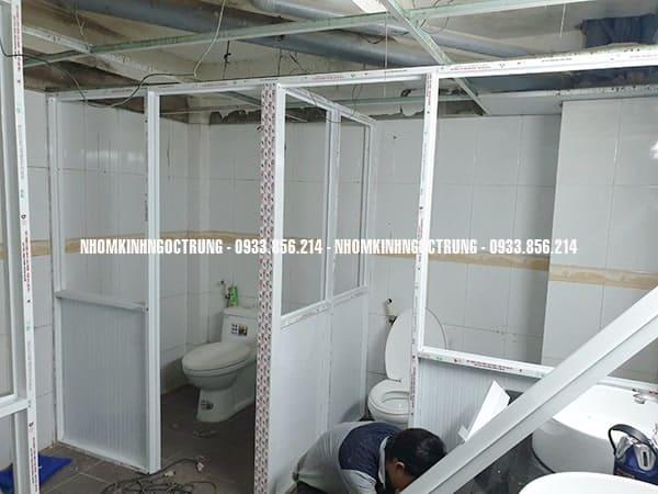 vách ngăn nhôm kính nhà vệ sinh